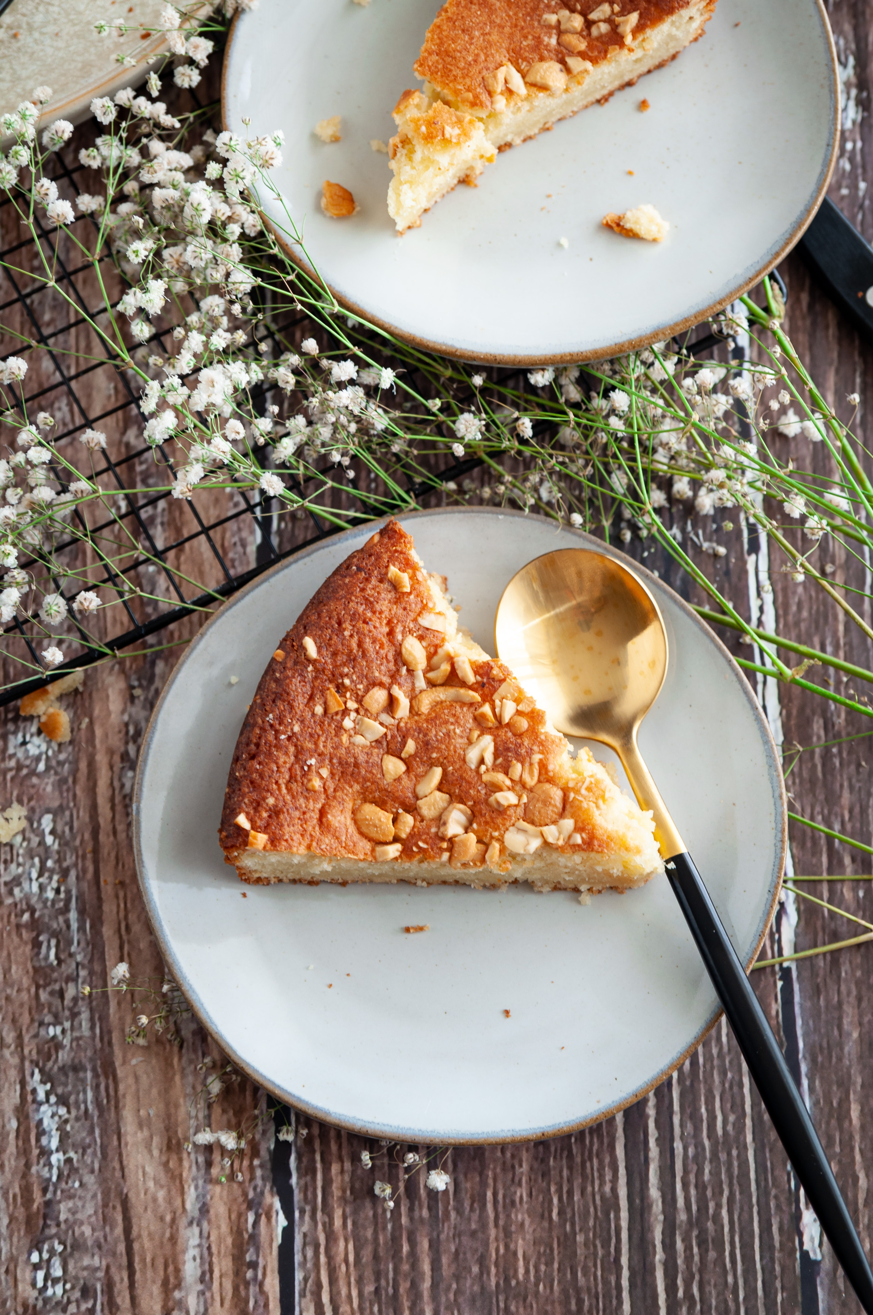 A light and fluffy Gluten Free almond flour cake bursting with flavors from vanilla. It's great with or without frosting and takes only one bowl to make the cake.